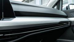 Volkswagen Golf 1.0 eTSI DSG Life, dettaglio della plancia