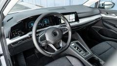 Volkswagen Golf 1.0 eTSI DSG Life, gli interni
