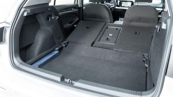 Volkswagen Golf 1.0 eTSI DSG Life, il bagagliaio con i sedili reclinati
