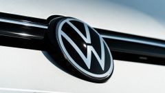Volkswagen Golf 1.0 eTSI DSG Life, il logo sul cofano