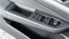 Volkswagen Golf 1.0 eTSI DSG Life, il pannello porta lato guida