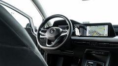 Volkswagen Golf 1.0 eTSI DSG Life, il posto di guida