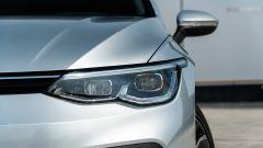 Volkswagen Golf 1.0 eTSI DSG Life, le luci anteriori