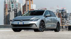 Volkswagen Golf 1.0 eTSI DSG Life, vista 3/4 anteriore