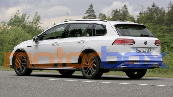 Volkswagen Golf Alltrack 2021: visuale di 3/4 posteriore
