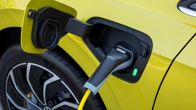 Volkswagen Golf eHybrid: la presa di ricarica