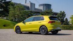 Volkswagen Golf eHybrid: visuale di 3/4 posteriore