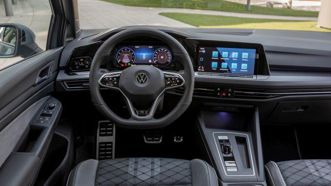 Volkswagen Golf eTSI: gli interni