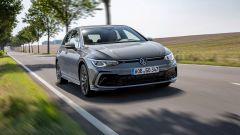 Volkswagen Golf eTSI: visuale di 3/4 anteriore