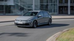 Volkswagen Golf eTSI: visuale in movimento