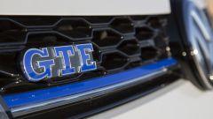 Volkswagen Golf GTE restyling: la mascherina è percorsa da una linea blu