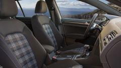 Volkswagen Golf GTE restyling: l'abitacolo riprende lo stile della GTI, ma nei toni del blu