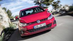Volkswagen Golf GTI: all'anteriore c'è la classica linea rossa che attraversa la mascherina