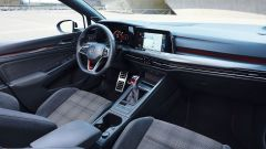 Volkswagen Golf GTI con cambio manuale: gli interni