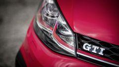 Volkswagen Golf GTI: la linea rossa continua nelle luci anteriori