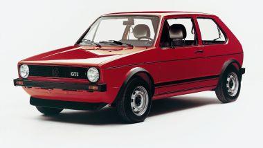 Volkswagen Golf GTI Mk I rossa: visuale di 3/4 anteriore