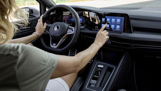 Volkswagen Golf Mk8: richiamo per problemi di software