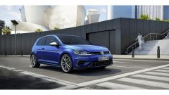 Volkswagen Golf R: paraurti dal disegno specifico e badge R sono tra i tratti distintivi