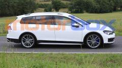 Volkswagen Golf R Variant 2021: ben visibili i dischi anteriori autoventilanti