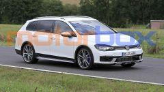 Volkswagen Golf R Variant 2021: visuale di 3/4 anteriore