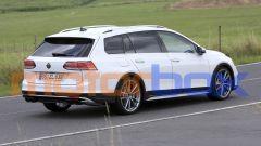 Volkswagen Golf R Variant 2021: visuale di 3/4 posteriore