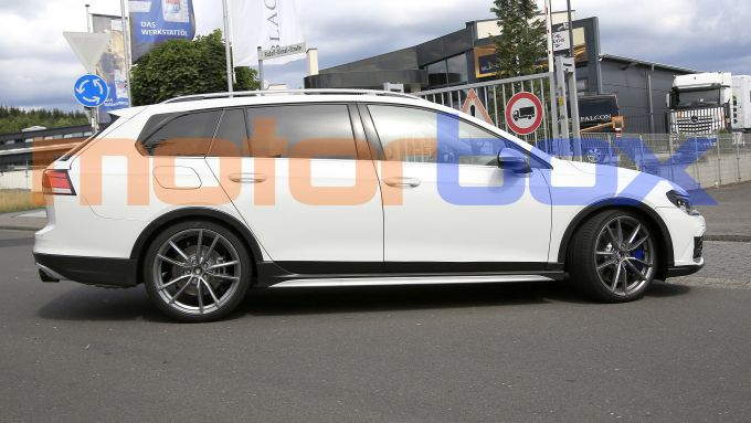 Volkswagen Golf R Variant 2021: visuale laterale