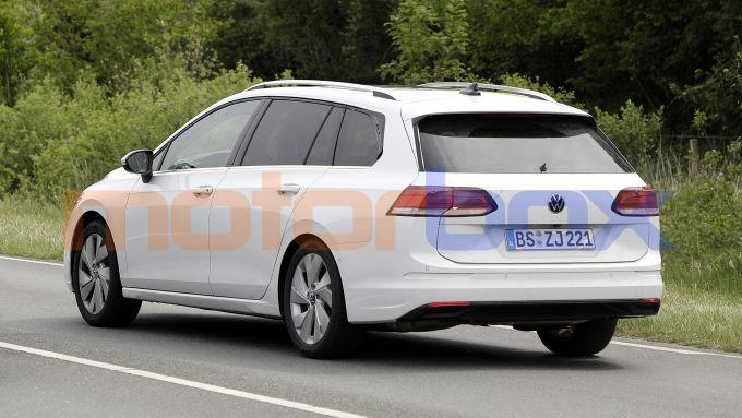 Volkswagen Golf Variant 2021: evidenti le camuffature del finestrino e dei fanali