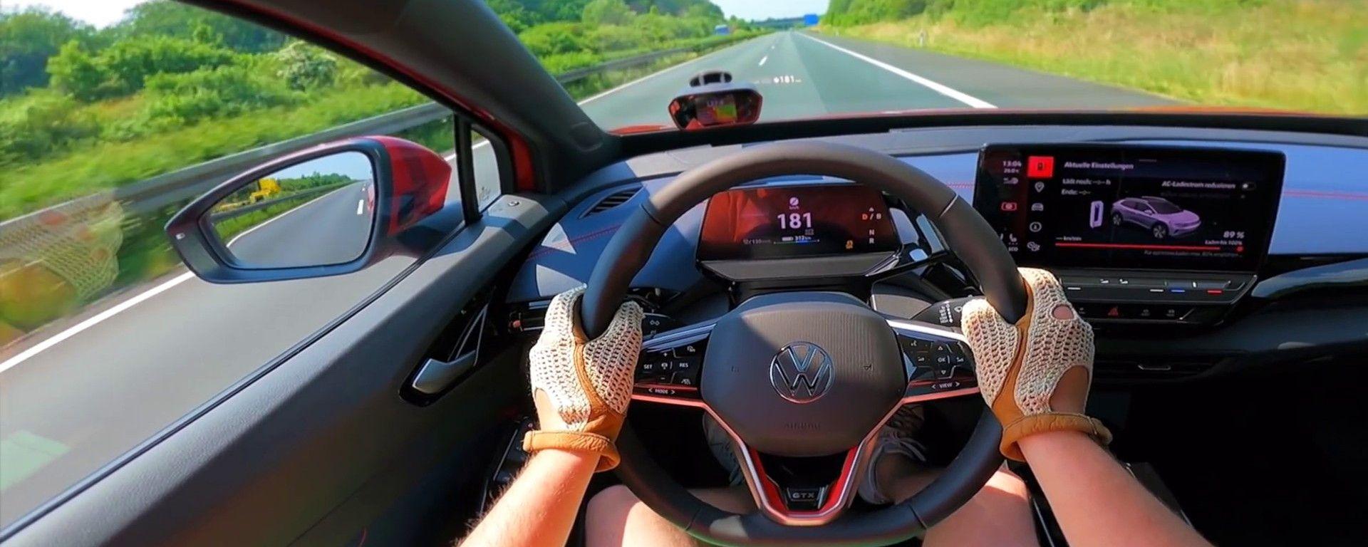 Volkswagen ID.4 GTX a tutta velocità su un'autobahn senza limiti
