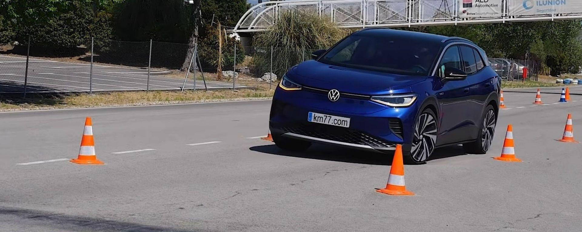 Volkswagen ID.4: il crossover elettrico impegnato nella prova dell'alce