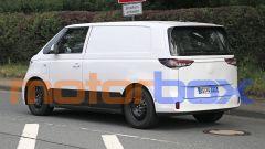 Volkswagen ID.Buzz 2022: visuale di 3/4 posteriore