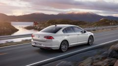 Volkswagen Passat GTE: vista 3/4 posteriore