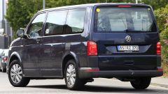 Volkswagen T7 GTE Hybrid: vista 3/4 posteriore del muletto su base T5