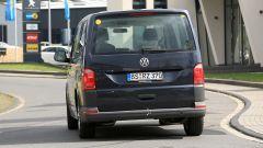 Volkswagen T7 GTE Hybrid: vista posteriore del muletto su base T5