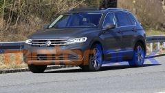 Volkswagen Tiguan 2021 facelift: visuale di 3/4 anteriore