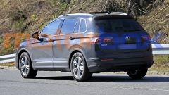 Volkswagen Tiguan 2021 facelift: visuale di 3/4 posteriore