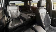 Volkswagen Tiguan Allspace 2021: i sedili posteriori con due abbassati