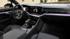 Volkswagen Touareg R 2021, interni: l'abitacolo anteriore