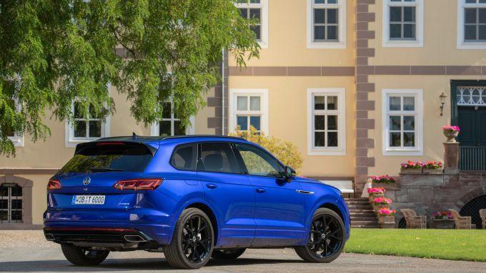 Volkswagen Touareg R 2021: vista 3/4 posteriore