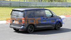 Volkswagen Transporter T7, vista 3/4 posteriore