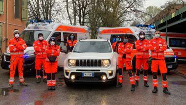 Volontari di ANPAS con un'auto di Leasys
