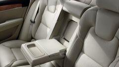 Volvo S90: il bracciolo posteriore nasconde un piccolo vano di accesso al bagagliaio