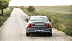 Volvo S90: la coda si sviluppa per linee orizzontali