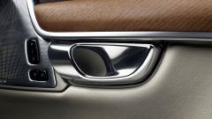 Volvo S90: la maniglia della portiera