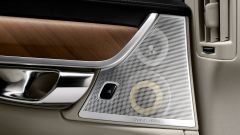 Volvo S90: le casse audio sono perfettamente integrate nella portiera