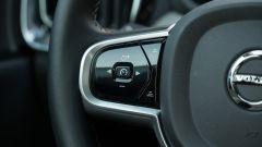 Volvo V60 2019: dettaglio del volante, i comandi del cruise control