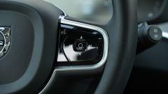 Volvo V60 2019: dettaglkio del volante, i comandi per navigare nei menu del quadro strumenti