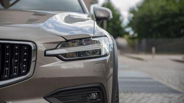 Volvo V60 Cross Country B4 AWD Business Pro Line, il faro anteriore