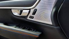 Volvo V90 Cross Country D5 Ocean Race: dettaglio del pannello porta