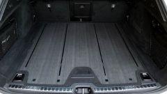 Volvo V90 Cross Country D5 Ocean Race: il fondo del vano di carico è in legno grigio trattato