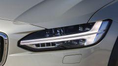 Volvo V90 Cross Country: le luci anteriori col classico disegno a martello di Thor